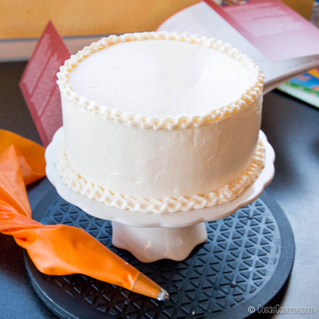una tarta decorada con buttercream de merengue suizo