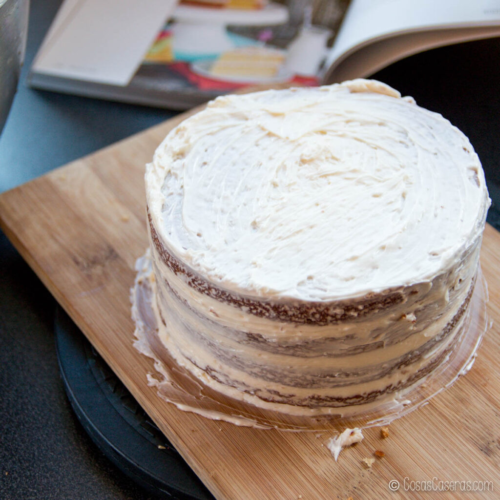 una tarta con una capa fina de buttercream