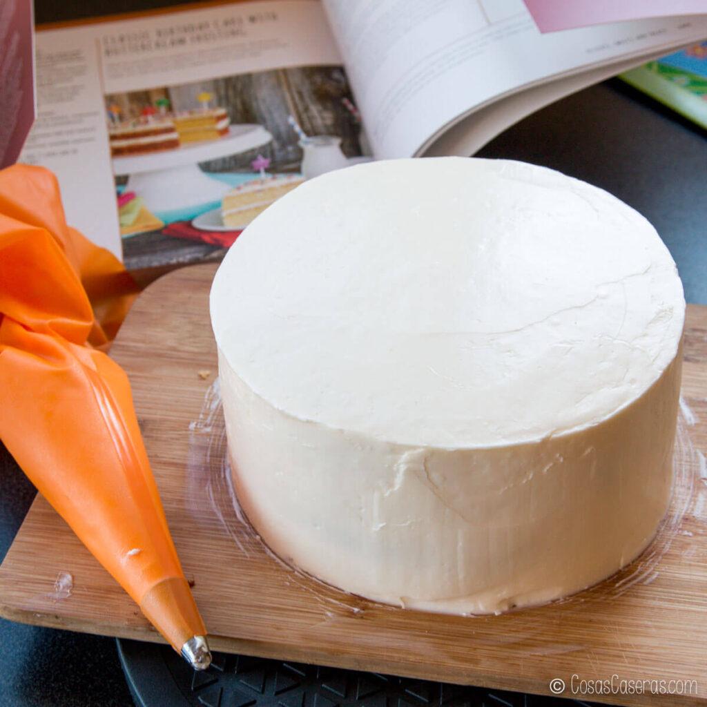 una tarta con una capa lisa de buttercream