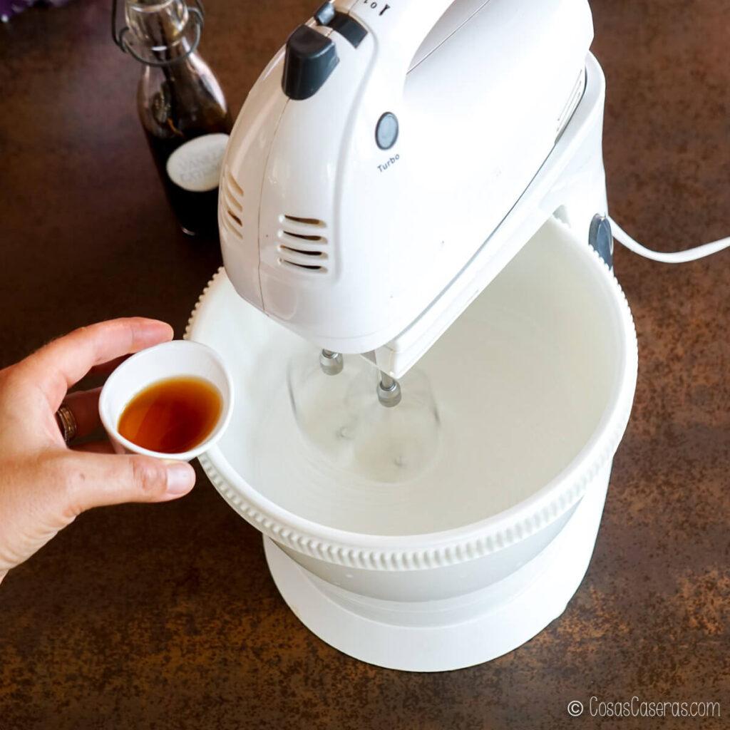 añadiendo vainilla al merengue