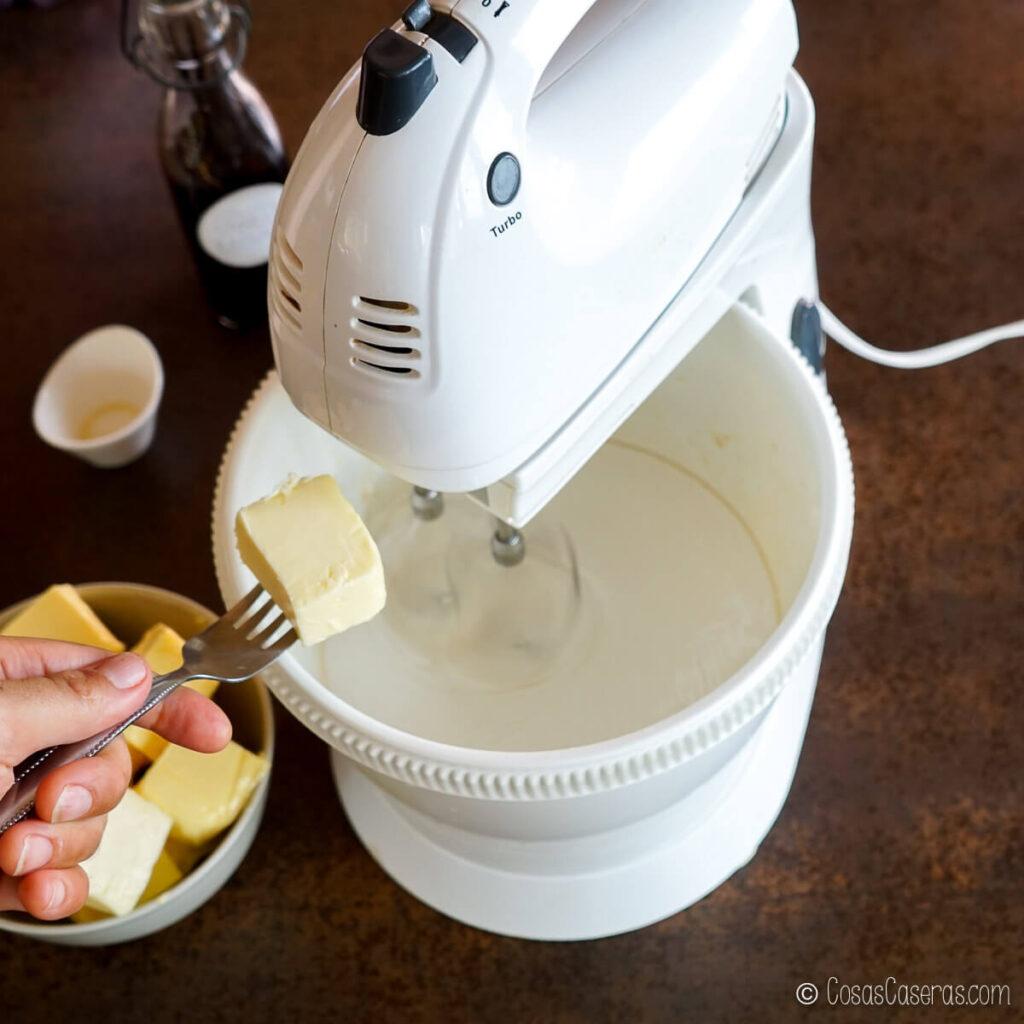 añadiendo mantequilla al merengue