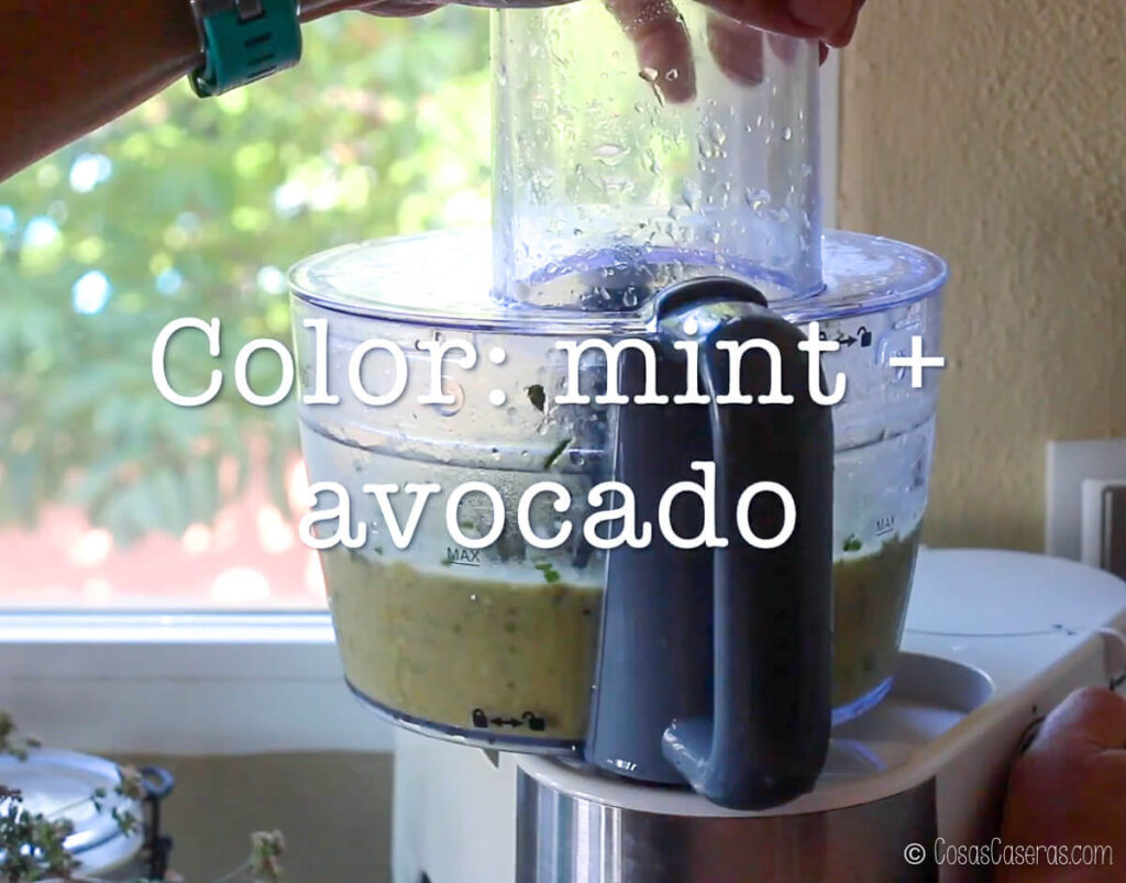 helado en un procesador de comida con menta y aguacate para color
