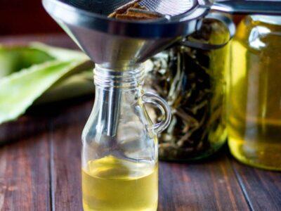 Aceite de aloe en una botella con un embudo