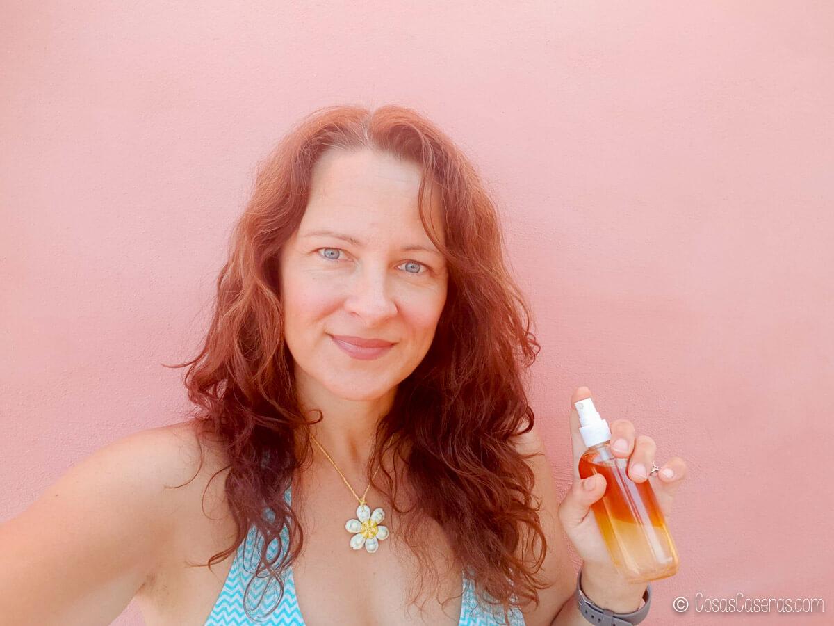 Tracy Ariza con una botella de spray de sal marina en la mano