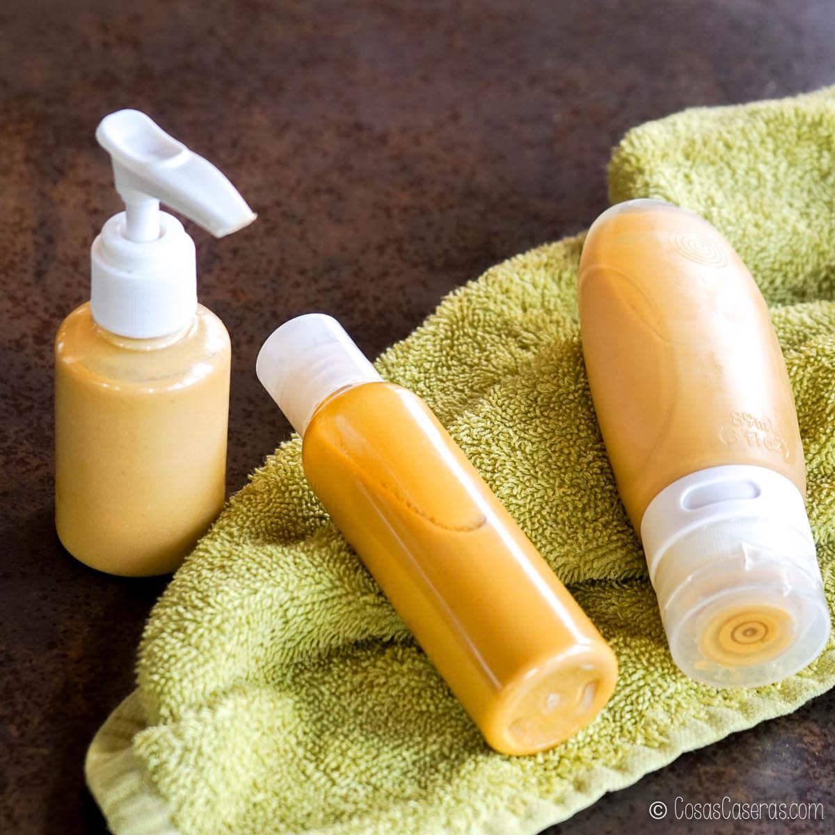 varios recipientes llenos de un aceite luminoso corporal dorado